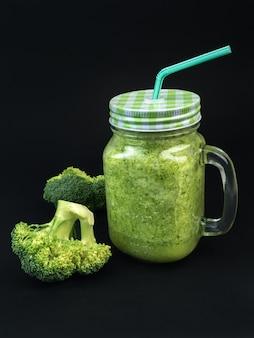 Smoothie de fruits frais légumes brocoli céleri bouteille shake noir foncé