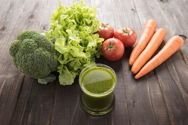 Smoothie avec des ingrédients frais et des légumes.