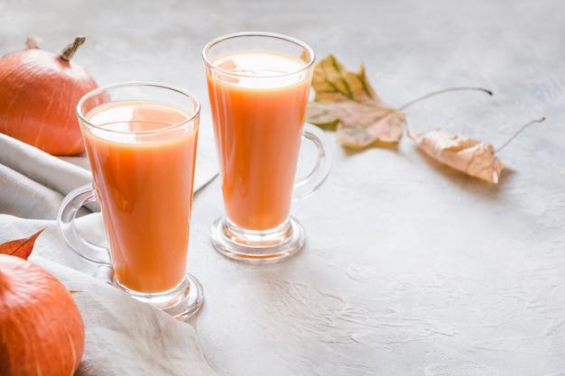 Smoothie ou jus de citrouille frais. boisson chaude d'automne, d'automne ou d'hiver. boisson saine et confortable.