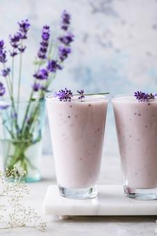 Smoothie lavande au lait de coco, myrtille. boisson végétalienne