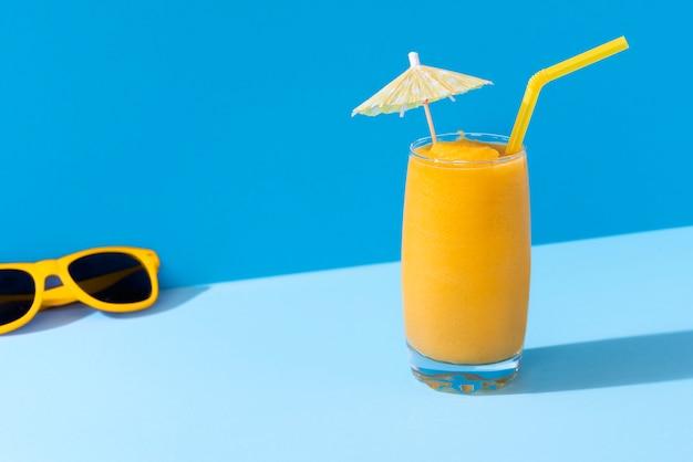 Smoothie à la mangue et lunettes de soleil