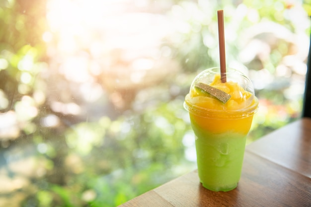 Smoothie melon et mangue sur table, boisson