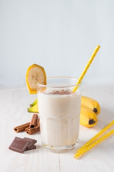 Smoothie ou milkshake à la banane fraîche