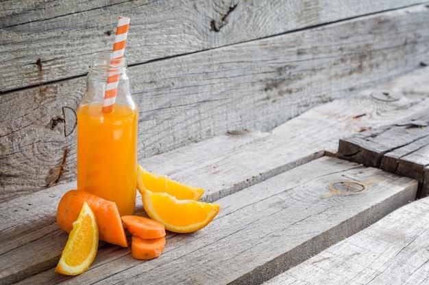 Smoothie orange sur bois rustique
