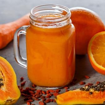 Smoothie à la papaye dans un pot avec des tranches de papaye