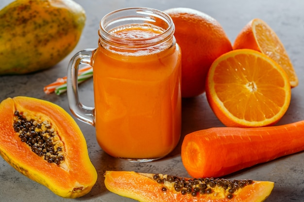 Smoothie à la papaye, mise au point sélective. détox, alimentation diététique, nourriture végétarienne, concept d'alimentation saine.
