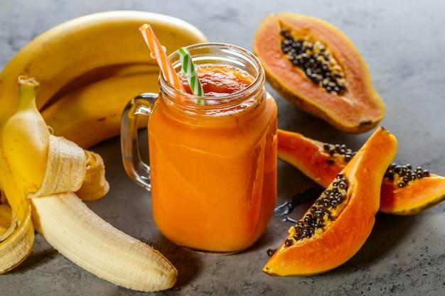 Smoothie à la papaye mise au point sélective detox diet food végétarien concept d'alimentation saine