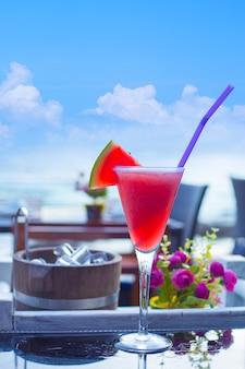 Smoothie pastèque sur la table à la plage