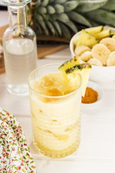 Smoothie pinapple servi dans un verre
