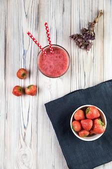 Smoothie plat aux fraises sur table en bois