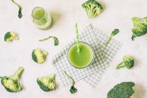 Smoothie plat de brocoli frais