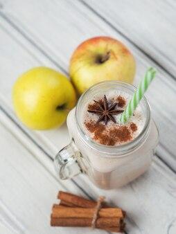 Smoothie pomme à la cannelle sur table en bois