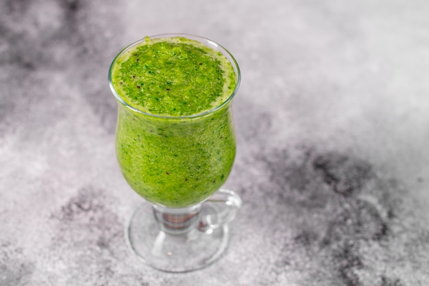 Smoothie pomme verte au gingembre sur fond de béton. il peut être utilisé comme arrière-plan