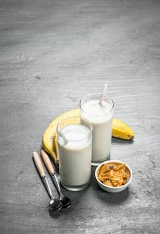 Smoothie protéiné à la banane et au beurre d'arachide. sur fond rustique.