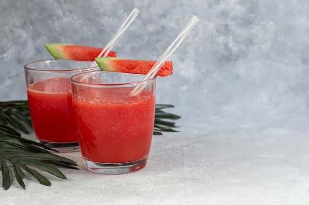Smoothie à la pulpe de pastèque. délicieuse pastèque en tranches rouges sur une assiette. stock de fibres et de fructose. concept de nourriture d'été.