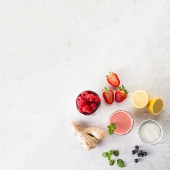Smoothie rouge frais avec ingrédients vue de dessus