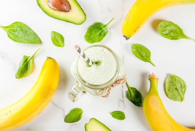 Smoothie sain à la banane et aux bébés épinards