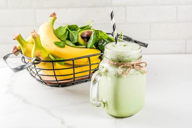 Smoothie santé à la banane et aux jeunes épinards