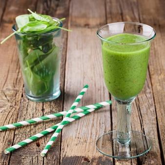 Smoothie vert aux épinards et kiwi. boisson de fête estivale.