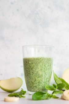 Smoothie vert ou cocktail à la banane, pomme et menthe