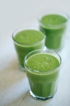 Smoothie vert dans un verre