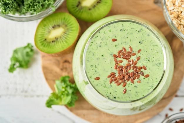 Smoothie vert détox au chou frisé, épinards et kiwi