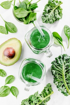 Smoothie vert fraîchement préparé en bouteille