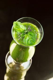 Smoothie vert fraîchement préparé