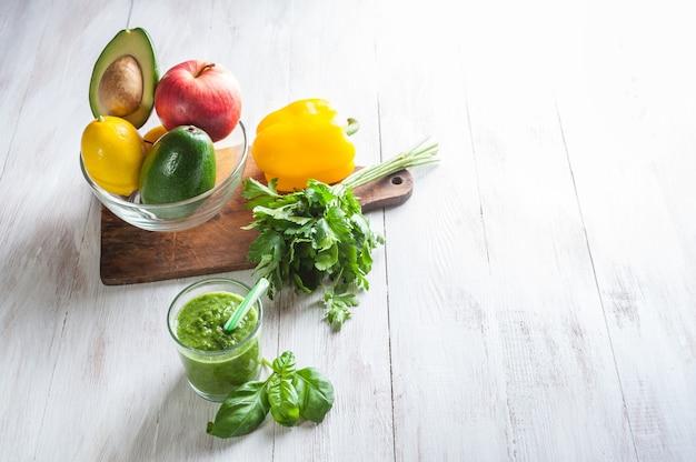 Smoothie vert de fruits et légumes frais, santé, mise au point sélective