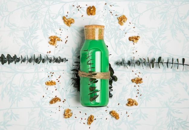 Smoothie vert avec des graines de noix