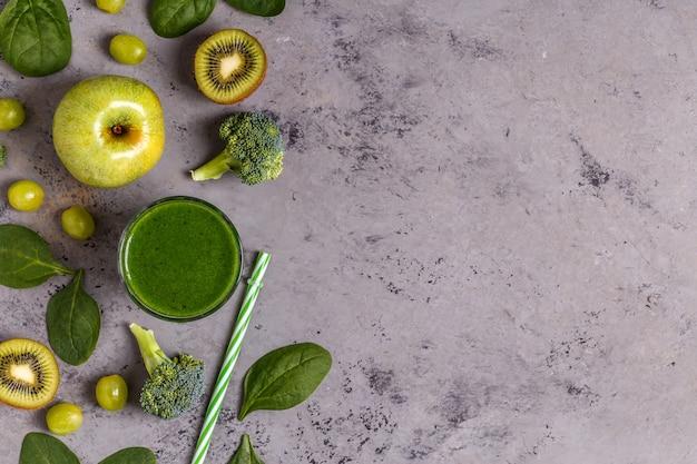 Smoothie vert avec des ingrédients.