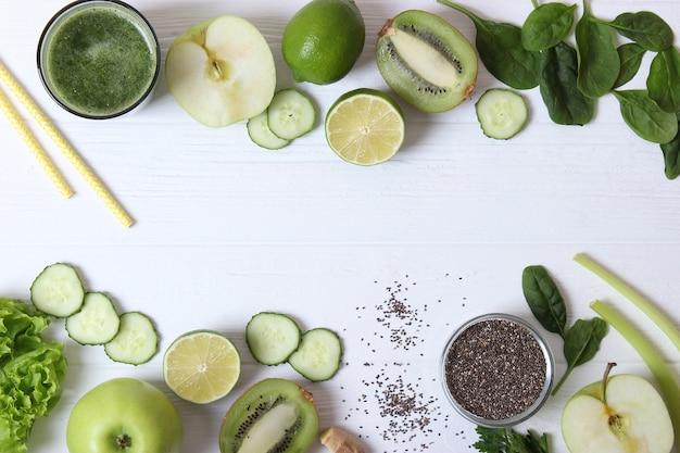 Smoothie vert et légumes frais sur la table pour l'organisme de désintoxication
