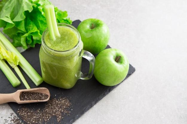 Smoothie vert mélangé avec des ingrédients. superfood, detox et concept sain. mise au point sélective
