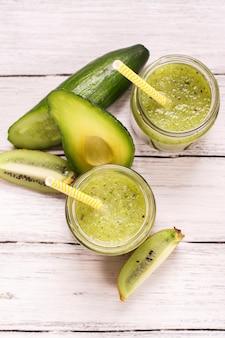Smoothie vert rafraîchissant avec kiwi, concombre et pommes