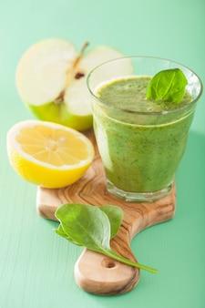 Smoothie vert sain aux épinards feuilles pomme citron