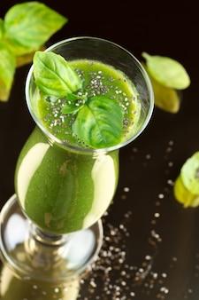 Smoothie vert sain fraîchement préparé