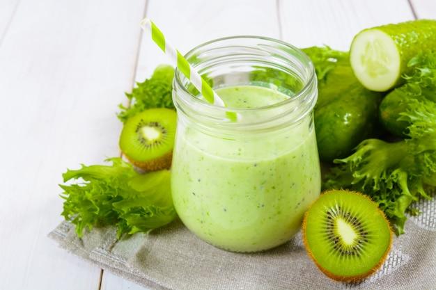 Smoothie vert sain en pot avec concombre, kiwi, salade