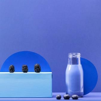Smoothie vue de face aux mûres et bleuets