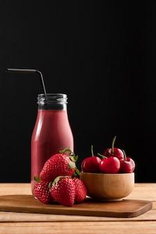 Smoothie vue de face avec cerises et fraises