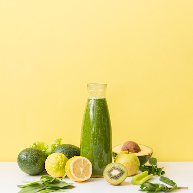 Smoothie vue de face avec kiwi et citron avec copie-espace