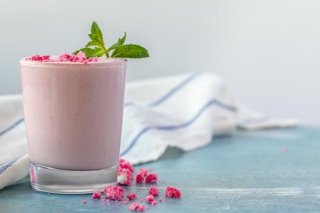 Smoothie yougurt aux fruits - concept de vie saine