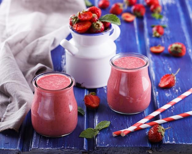 Smoothies aux fraises. boisson rafraîchissante en été.