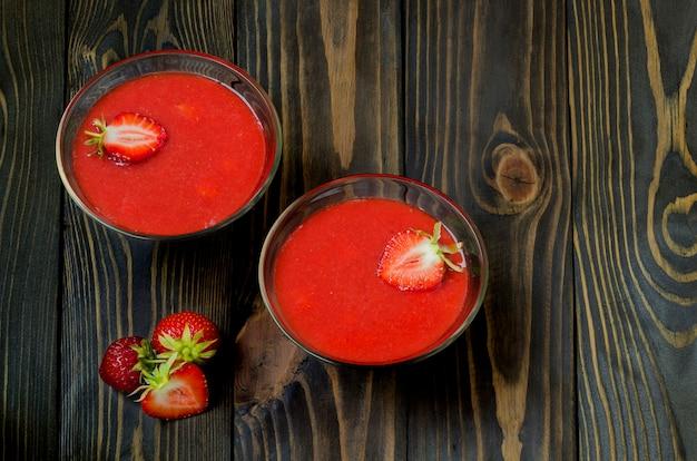 Smoothies aux fraises sur un fond en bois