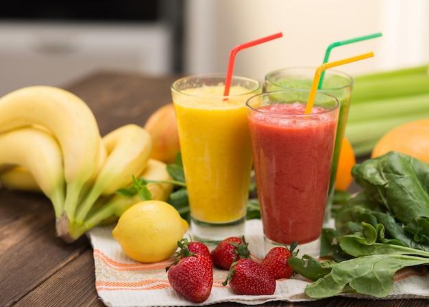 Smoothies aux fruits frais sur table de cuisine dans un verre à deux