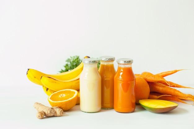 Smoothies aux fruits et légumes dans des bocaux en verre