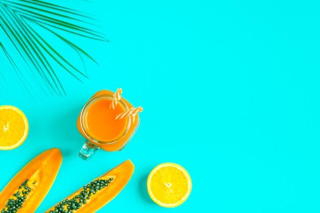 Smoothies / cocktail / jus sur un pastel lumineux, concept d'été.