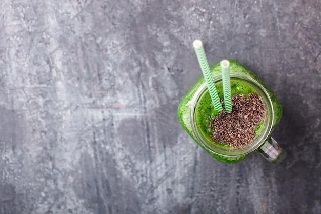 Smoothies de fruits et légumes verts. boisson de fête d'été.