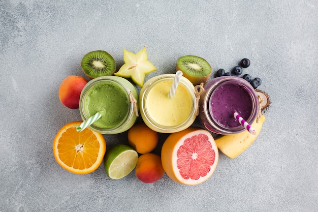 Smoothies et fruits topview