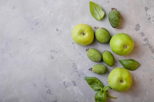 Smoothies et ingrédients verts. pomme et feijoa, feuille de basilic