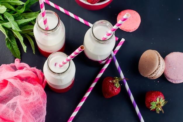 Smoothies rafraîchissants à la fraise et à la myrtille. mouvement dans un cadre.
